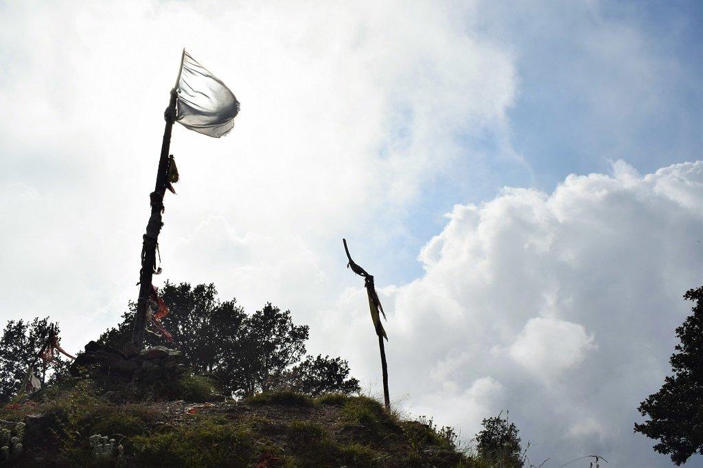 flag of naag devta on nag tibba trek
