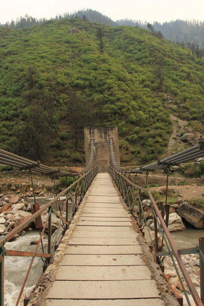 wooden bridge en route of har ki dun